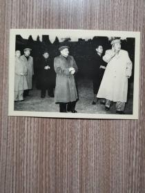 毛泽东和邓小平,周恩来在一起。(硬卡相纸)