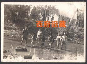 【阳光下微笑着的生命】,民国老照片,抗战期间内迁成都的学生,1944年春,在江边戏水寻小鱼的游览留念老照片
