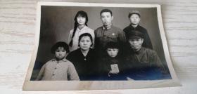 【老黑白照片(相片)】文革老照片 军人探亲拍的全家福 儿童手拿红宝书 11.5*8cm