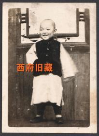 民国老照片,大户人家的小孩子,背景、服饰、情态都很好