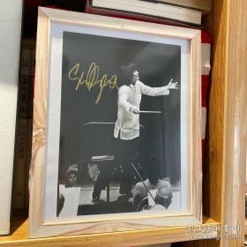 【出生于中国沈阳、1979年携波士顿交响乐团访华,推动中美关系正常化、指挥大师 小泽征尔(Seiji Ozawa,1935-)亲笔签名 黑白演出照片一张 23*16厘米】签于1974年10月13日(时间印在背面)。附赠黑胶唱片一张:《里姆斯基科萨科夫 天方夜谭 》小泽征尔指挥 波士顿交响乐团 DG小黄标2535474,超值!
