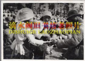 老照片原件:云南解放时罗平县欢迎四兵团大会上的自由献礼,品如图(贴在照片纸板上)