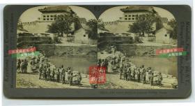 清末民国时期立体照片-------清末民初北京内城东便门城楼,箭楼和护城河,河边有快乐的北京清代百姓老少爷们。泛银漂亮
