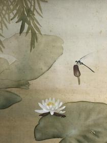 """日本近代画家武田鼓叶池莲图茶挂 绢本绫裱,画心41.5*38。画家多次入选文展,其类似作品在日本零售价23000日元,且已被预约售出。此幅与""""小荷才露尖尖角,早有蜻蜓立上头""""的中国文学、美学有内在联系"""