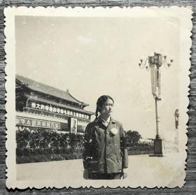 1976年毛泽东主席追悼大会 胸前戴花的长辫子女青年北京天安门留影老照片