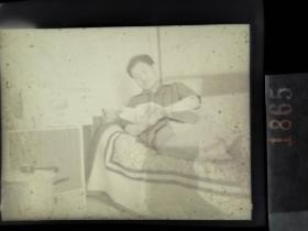 1865 纪实摄影底片1张 六十年代沈阳工学院接待外国专家系列 床上看书
