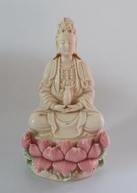 观音菩萨像 陶瓷 高约20cm 宽约13.5cm。右手拇指指尘有残,如图,介意慎拍。