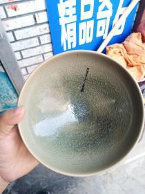 瓷碗一个,釉水漂亮,年代未知,保真瓷,不包年代,喜欢的来买,售出不退.