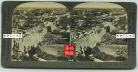 清末民国时期立体照片---1900北京东便门,在内城东南角楼顶层箭窗上俯瞰东便门全貌,俄军搭的帐篷还在。西水关内侧的情形一览无余,可见东便门内侧的登城马道,泛银