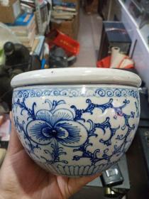 明清老瓷器,画工较细,东西开门,内部有处小鸡爪纹,东西永远保真。谨慎下单,价格小高,售出不退。