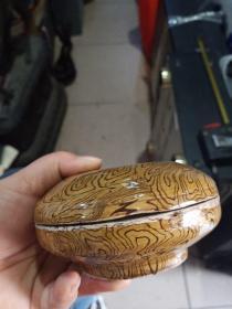 小瓷盒子,年代未知,不包年代,只保证是瓷的,喜欢的来买,售出不退。