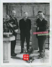 1941年国民党财政部长孔祥熙欢迎罗斯福总统助理访问重庆老照片,孔祥熙是山西省太谷县人,中华民国南京国民政府行政院长,兼财政部长,亦是一名银行家及富商。