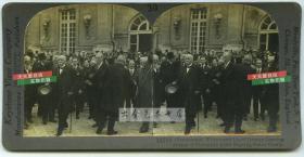 清末民国立体照片-----1919年6月28日在巴黎的凡尔赛宫签署条约,是第一次世界大战后,战胜国(协约国)对战败国(同盟国)的和约,近处为法兰西第三*共-和-国总理克里孟梭, 英国首相戴维·劳合·乔治等.中国因巴黎和会对于中日青岛问题无法解决,进而爆发全国反日的五四运动。
