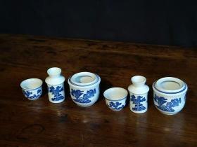 下乡收得老旧藏景德镇制青花温酒壶两套,瓷质细腻白净,青花发色纯正,有使用包浆,高12,完整全品!