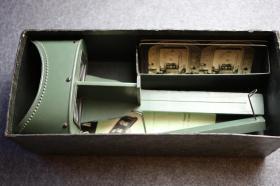 民国时期原装未用立体照片观片器, 著名顶级大厂金士顿出品,镜头锐利功能完好,附带3张官方发行带眼部对焦标记的测试立体照片, 配说明书,保存完好