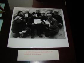 甘肃定西县大坪大队党支部带头学习《毛泽东选集》第五卷,深入开展农业学大寨。12寸品好。