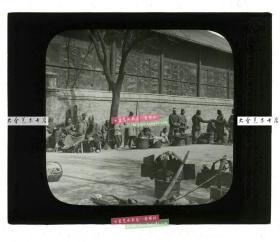 清代民国玻璃幻灯片-----清末民国时期天津的街道,商贩众多,很多百姓闲暇晒太阳老玻璃幻灯