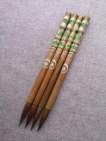 回流日本盛文堂70年代老毛笔-爱书,山马毛其实是一种鹿毛,制笔行业俗称山马毛,比狼毫弹力略大一点。出锋4,直径1厘米,基本相当于大楷,或更大一些。传统的日本制笔工艺,纯动物毛,几十年的保存笔,未使用。 45元一支,不能包邮。四支160,包邮。 另有一款,带竹管笔帽没有贴商标的,价格50元一支。见最后两张图,也可以两种拼单。