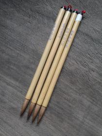 80年代长峰狼毫大楷老毛笔,国营大厂的库存笔,30多年前也出口日本。纯动物毛,不含化纤。我使用的感觉是,笔毛软糯又带点韧劲,完全不生硬。书写线条饱满,适合写颜体楷书,隶书一类。不适合写瘦硬的风格,个人感受,供参考。出锋3,直径0.7厘米,四支120元,包邮。