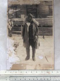 民国抗战时期穿着大皮袄拿指挥刀的日本关东军照片一张