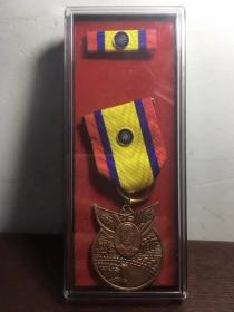 一枚少见的国民党国防部颁发的庆祝抗战胜利70周年纪念章,正面有蒋介石头像,保真,品相一流,题材少见,展馆必备,
