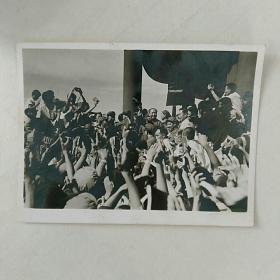 文革照片,毛主席和周总理在天安门城楼,接见红卫兵。品相佳!〈此照片清晰度极高!,9.8x7㎝