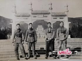 新中国刚成立南京老照片(四个高颜值的帅气小伙子,缠围巾,着中山装,穿皮鞋,精神十足,时代特征明显)