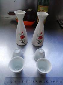 小酒壶13.14×5.6×3.9厘米库存器物带两个小酒盅3.6×4.36×2.1厘米儿时的记忆坐上客恒满,樽中酒不空。
