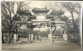 """【照片珍藏】民国北京雍和宫进口处的""""寰海尊亲""""牌楼及周边景象,可见牌楼左侧的石狮和来往路人,附今图。老照片影像清晰,颇为难得"""