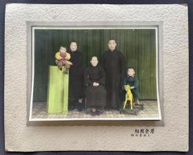 【上海照相馆史料】民国时期 上海摩登照相馆摄制 手工上色 道具布景全家福一件(相纸较厚,摄制精良,硬纸板相框尺寸:23*28.5厘米,照片尺寸:14.5*19.5厘米)