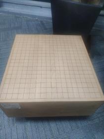 日本围棋 棋墩 桂木棋墩 棋盘 围棋桌  产地:日本北海道日高郡 材质:北海道日高郡地区的桂木 尺寸:42.2*45.8*17.6(盘厚,不含腿) 重量:20公斤左右 状态:天面保护的较好,侧面的四个面和底面有一些斑点,一点污迹和小伤痕,在正常接受范围之内。带木覆和布覆。贵重物品,售出不退不换。
