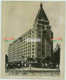 民国上海第一摩天大楼~~沙逊大厦建筑老照片,英资新沙逊洋行下属的华懋地产股份有限公司投资240万元,在上海外滩20号(南京路口)兴建的一幢10层大楼,后来的华懋饭店。21.5X17.7厘米