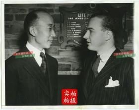 1941年2月美国银行重庆分行经济顾问,上海圣约翰大学教授 Dr.Yu-Shan Han (音:韩虞山)和美联社媒体人Hartzell Spence合影。22.8X18厘米。