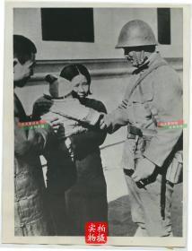 """1937年12月29日,侵华日军攻陷江苏南京后,日军握着孩子的手并与中国百姓""""友好""""的交谈老照片"""