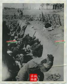 1932年淞沪事变,日军在上海江湾一带雇佣中国劳工开挖战壕老照片,午餐时间,中国民工和日本士兵一起在工事中休息。25.3X20.3厘米