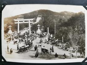 原版民国 黑白老照片:1930年左右《青岛内神社 + 青岛忠魂碑》两张!尺寸:10厘米×6.2厘米。