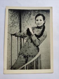 井莉,照片一张(1945年10月29日-2017年12月9日),中国台湾影视演员。井莉生于台湾,籍贯山东济南。其父为著名演员井淼,1963年因父亲加盟邵氏,全家移居香港。井莉首部作品为《神剑震江湖》,出道第一套电影为1967年由琼瑶小说改编而成的《船》。