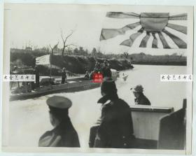 1941年3月4日侵华日军工程兵小艇在浙江嘉兴和石湾之间的运河上行进老照片,22.9X17.9厘米