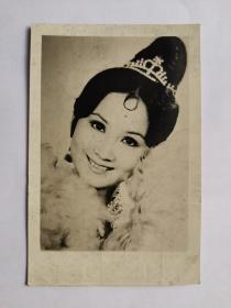 """薛家燕,照片一张,1950年3月30日出生于中国香港,香港资深女艺人,七十年代的粤语片女星,港星中受人尊敬的女前辈之一。1965年,15岁的薛家燕与陈宝珠、萧芳芳等人结拜成""""七公主"""",并在香港尖沙咀的金冠酒楼举行结拜仪式。""""七公主""""中,薛家燕排行第五,大姐冯素波、二姐沈芝华、三姐陈宝珠、四姐萧芳芳、六妹王爱明,最小是七妹冯宝宝。1997年与周星驰合作电影(食神)"""
