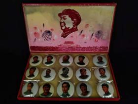 """红色典藏:文革时期、盒装软塑泡沫像章一套,共计十五枚,盒表面为""""绒像"""",像章为""""软塑泡沫""""、耐磨耐折损,保存完好,品相尺寸如图!"""