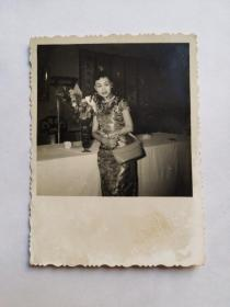 民国美女粤剧明星,罗丽娟,小照片一张,印有(晨光)钢印,少见。 十六岁开始任正印花旦,跟随马师曾演出。代表剧目有《藕断丝连》、《甘地会西施》等;