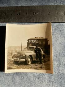 钢都留念 新中国早期男司机在小轿车旁留影老照片 远处是日伪时期建的小日本楼