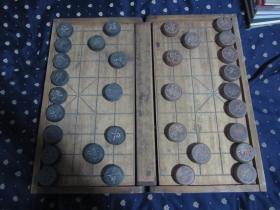 老木式象棋一幅,带棋盘,有两个裂子,整体品相好 棋子直径5.5厘米,棋盘63乘以57厘米 重4.1公斤