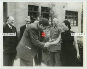 1942年10月,美国总统罗斯福的特使温德尔· 威尔基(Wendell Lewis Willkie)拜候重庆后,和宋美龄女士握手告别老照片,旁边站立的是蒋介石以及美国驻重庆大使和领事。