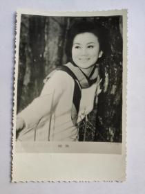 曾江老婆,焦姣,照片一张。原名焦莉娜,1943年重庆出生。1949年随家人到台湾,1961年,考入中影演员训练班,毕业后在多部影片中任特约演员。1962年,在台视演出首部电视剧《浮生若梦》。现居于香港。1966年正式加盟邵氏公司任基本演员,凭《独臂刀》而大受欢迎,其后她亦在多部邵氏的武侠片中担任女主角。1972年,离开邵氏公司。