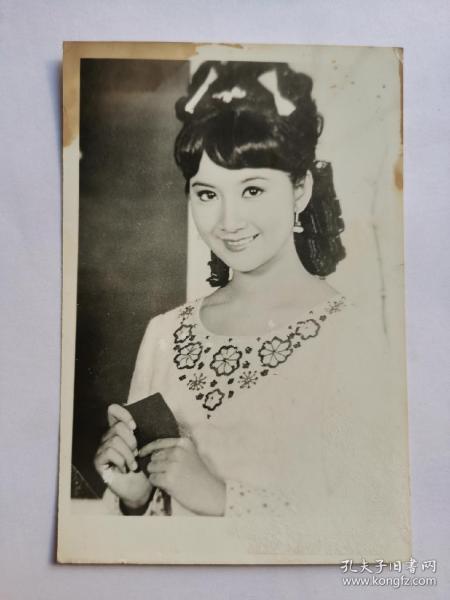 """薛家燕,生活照片一张,1950年3月30日出生于中国香港,香港资深女艺人,七十年代的粤语片女星,港星中受人尊敬的女前辈之一。1965年,15岁的薛家燕与陈宝珠、萧芳芳等人结拜成""""七公主"""",并在香港尖沙咀的金冠酒楼举行结拜仪式。""""七公主""""中,薛家燕排行第五,大姐冯素波、二姐沈芝华、三姐陈宝珠、四姐萧芳芳、六妹王爱明,最小是七妹冯宝宝。1997年与周星驰合作电影(食神)"""