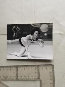 八十年代排球运动员李延紧的救球动作