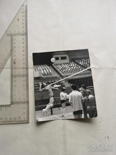 八十年代排球运动员张蓉芬在扣球
