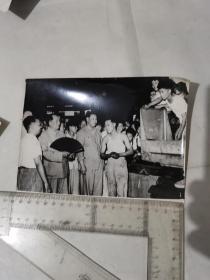 新闻照片(1)  毛主席手持折扇和运动员们在一起