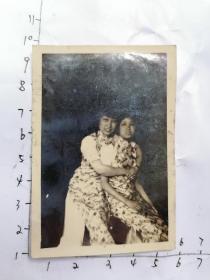 民国老照片:两个穿旗袍女孩  留影
